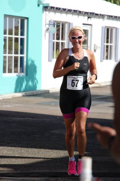 Triathlete Kerre Venter running in her bright pink running shoes